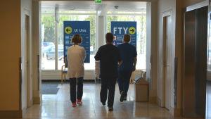 Vårdare går mot utgången på Vasa centralsjukhus