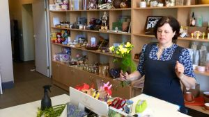 En lettisk kvinna i sin egen butik i byn Iecava