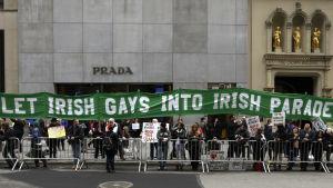 Demonstration för att låta regnbågsföreningar delta i St Patricks Day - paraden i New York.