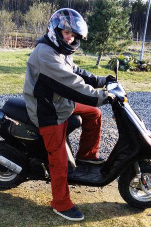 Tuhkimotarinoiden Ulla istuu skootterinsa päällä ennen kohtalokasta vammautumistaan.