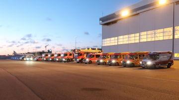 Räddningsfordon på rad på Helsingfors-Vanda flygplats, i väntan på en flygplan som nödlandra.