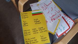 Lappar med olika språk.