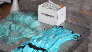 Reklamprylar, namnlapp för kappsäck, halsband för namnlapp eller nyckel och reklampennor.