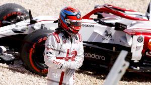 Kimi Räikkönen står vid sin bil.