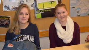 Jenny Illman och Fanny Puhakka i Ekenäs gymnasium