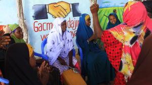 Dansande somalier på ett flyktingläger i MOgadishu