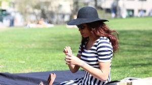 Kvinna i parken som äter glass.