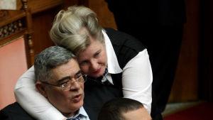 Gyllene grynings partiledare Nikos Michaloliakos omfamnas av sin hustru Eleni Zaroulia.
