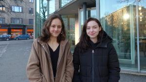 Adele Westerlund (till vänster) och Olivia Linder utanför Tölö gymnasium i Helsingfors.