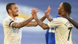 Gabriel Jesus och Raheem Sterling firar 0–2-målet.