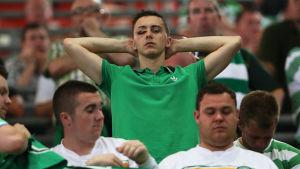 Besvikna Celtic-fans efter sortin från Champions League.