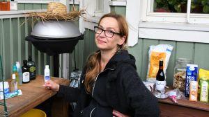 Kvinna omgiven av matförpackningar.