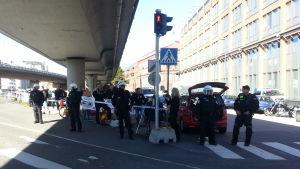 Motdemonstration utanför Migrationsverket ropar Finand först.