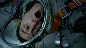 Roy (Ryan Reynolds) i rymddräkt skriker av rädsla.