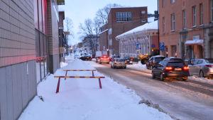 Två varningsbommar stänger av en del av trottoaren intill Runebergsgatan i Borgå.