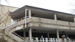 Balkong i dåligt skick på hälsocentralen i Kyrkslätt centrum