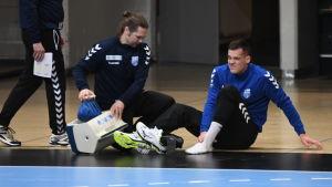 Nico Rönnberg fick omedelbart vård efter att han stukade foten.
