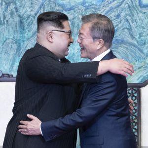 Ledarna för Nord- och Sydkorea omfamnar varandra efter samtal i Panmunjom.