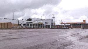 Ett stängt Café Lilja med en tom parkeringsplats.