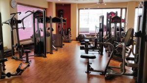 Gymredskap på ett tomt gym.