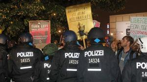 Demonstranter protesterar mot högerpopulistiska partiet AfD.