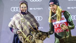 För ett år sedan fick Mikaela Schiffrin firar slalomsegern i Levi.