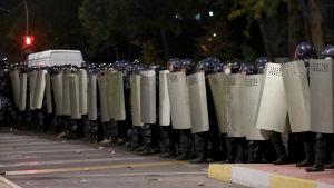 Kravallpolisen försökte driva bort demonstranter med vattenkanoner och bedövningsgranater men misslyckades.