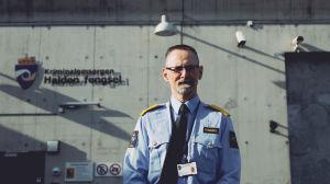 Jan Strømnes står framför huvudingången till Halden fengsel i Norge.