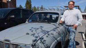 Olof Ahlskog i Korsholm är gravt hörselskadad. Han behöver tolk till exempel när han deltar i veteranbilsträffar. Här poserar han med sin Saab, årsmodell -75.