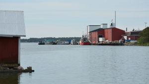 Fabrik med båthus i förgrunden.