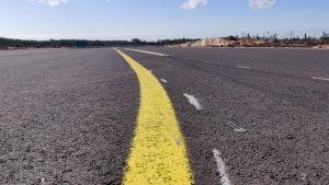 Närbild på en landningsbana i asfalt.