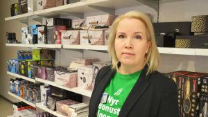 Satu-Marja Forssell talar om defibrillator i Lundi