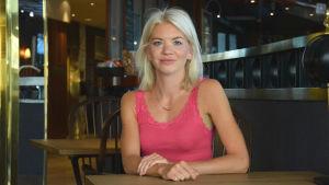 Forskare Carina von Essen i en hotellobby.