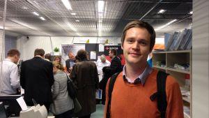 Anders Berg kollar in it-jobb på mässa i Åbo.