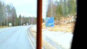 Skylt mot Helsingfors, Lojo och Hyvinge på Riksväg 25.