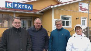 Erik Tasanko, Kaj Berglund, Johan Ingves och Agneta Teir utanför Härkmeris stängda butikshus.