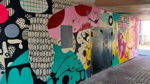 En färggrann abstrakt väggmålning.