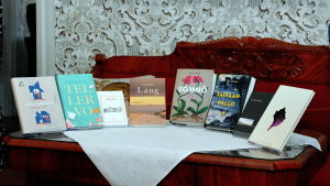 Böcker på ett bord.