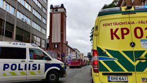 Många räddningsfordon står på Strandgatan i Karleby.