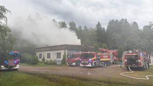 Flera brandbilar på plats vid brand.