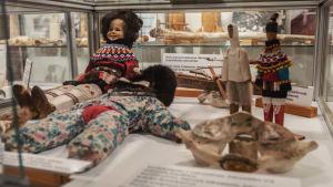Vitriinissä nukkeja, joilla värikkäitä vaatteita