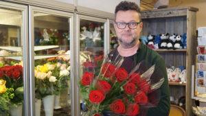 Timo Pynttäri driver blomsterhandel i centala Jakobstad.