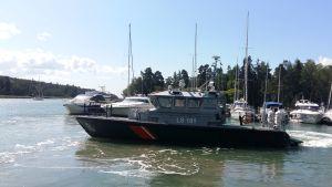 Nagu sjöbevakningsstations patrullbåt LS 101 startar från en hamn med segelbåtar och motorbåtar.