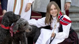 Prinsessan Ingrid Alexandra och de kungliga hundarna Muffins Kråkebolle och Milly Kakao firar 17 maj.