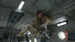 Nick och Jenny kastas runt i det störtande planet.