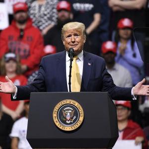 Donald Trump ilmehtii hämmästyneesti.