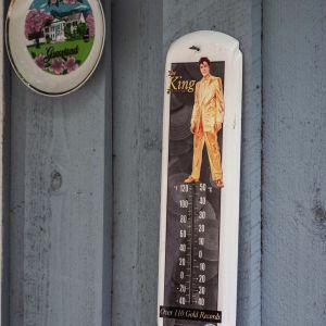Vaaleansinisessä ulkoseinässä lämpömittari Elvisteemalla.