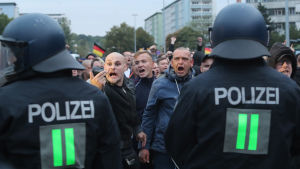 Poliser och demonstranter i Chemnitz i Tyskland.