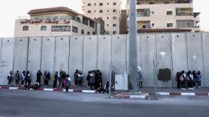 En del av den israeliska muren på Västbanken.