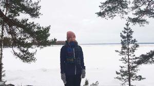 Julia Andersson står vid en frusen sjö.